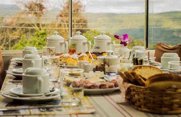 opas-cafe-colonial-ambiente-mesa-paes3.jpg
