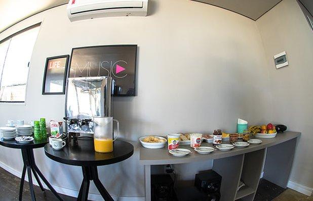 innbox-hotel-hostel-praia-do-rosa-cafe-da-manha.jpg