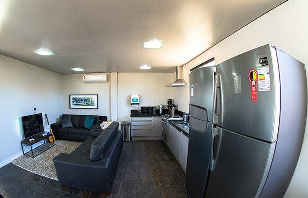 innbox-hotel-hostel-praia-do-rosa-sala-tv-cozinha.jpg