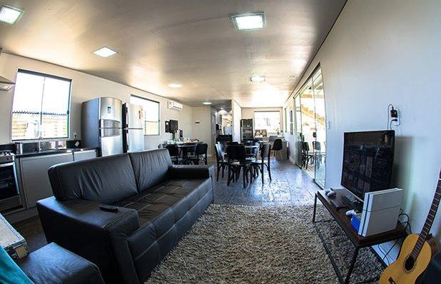 innbox-hotel-hostel-praia-do-rosa-sala-tv.jpg